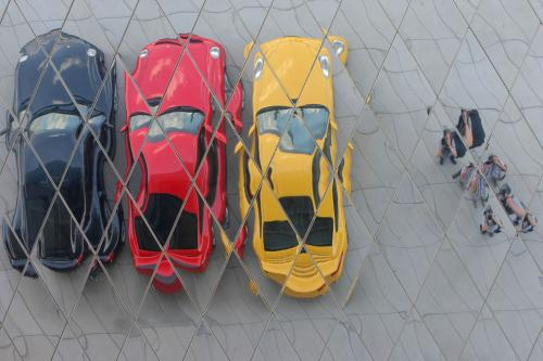 Automobily porsche před muzeeum ve Stutgartu