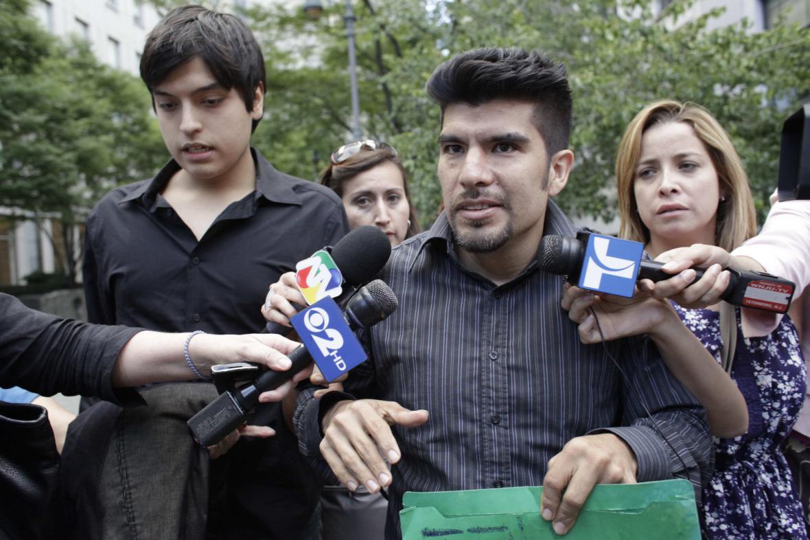 Synové Vicky Peleazové před soudní síní