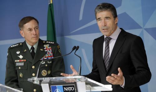 Generál Petraeus a generální tajemník NATO Rasmussen
