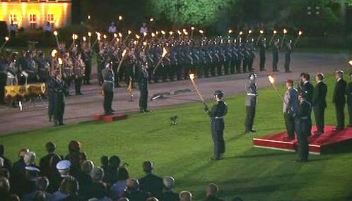 Vojenské čepobití na počest odstupujícího německého prezidenta