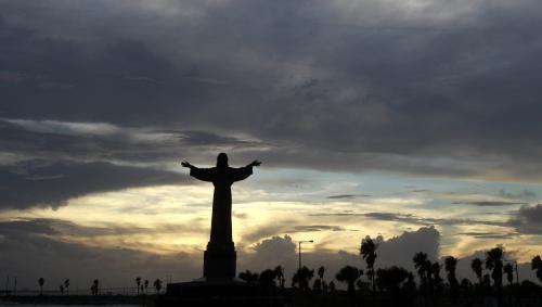 Socha Ježíše jakoby vítá blížící se hurikán