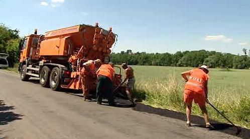 Pracovníci opravují poškozenou vozovku