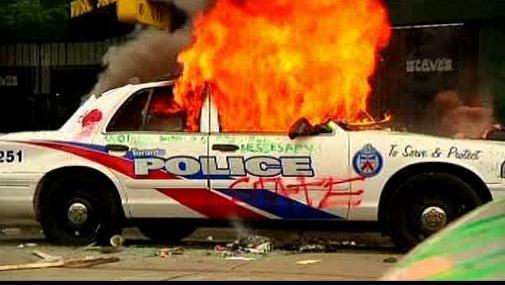 Hořící policejní auto
