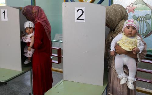 Kyrgyzské ženy v hlasovací místnosti