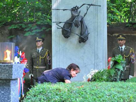 Ministryně zdravotnictví Dana Jurásková uctívá památku obětí komunismu