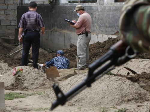 Vojáci zkoumají hroby nedávných obětí