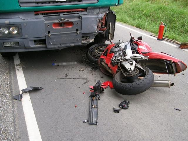 Srážka motocyklu s kamionem