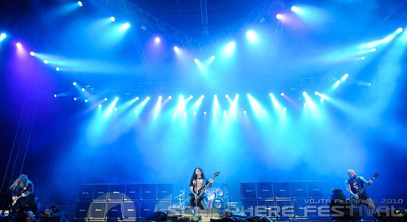 Na pódiu předvádí smršť kapela Slayer