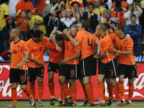 Nizozemští fotbalisté se radují ze vstřeleného gólu
