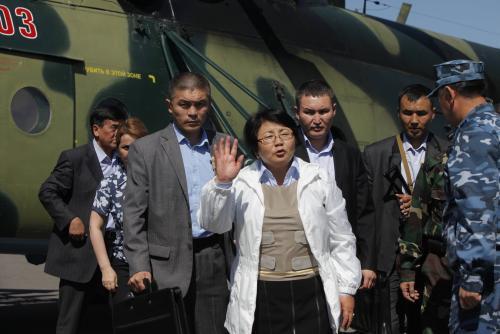 Rosa Otumbajevová s neprůstřelnou vestou ve městě Oš