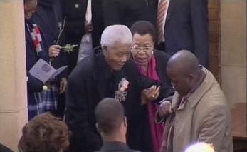 Zachmuřený Nelson Mandela je přiváděn na rozloučení s pravnučkou