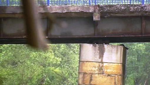 Vychýlený pilíř mostu přes Ostravici