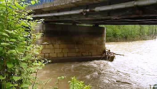 Most přes Ostravici poškozený povodněmi