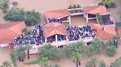 Lidé se schovávají před povodní