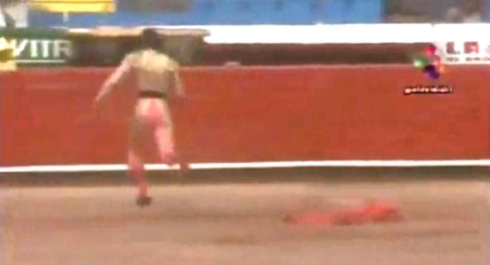 Toreador Christian Hernández prchá před býkem