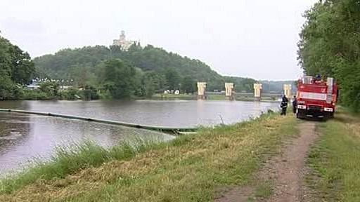 Hasiči likvidují únik oleje do Vltavy