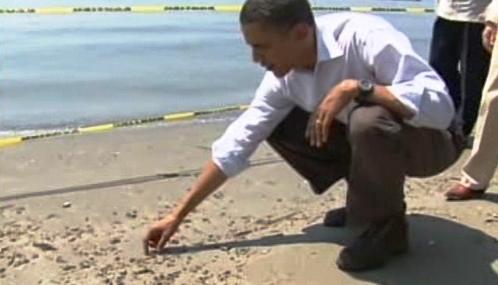 Barack Obama na pláži zasažené ropou