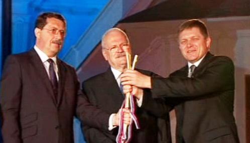 Slovenští politici symbolicky třímají Svatoplukovy pruty