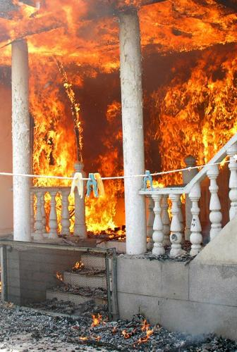 Dům uzbecké rodiny v plamenech