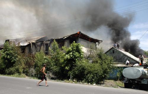 Kyrgyzové zapalují domy Uzbekům