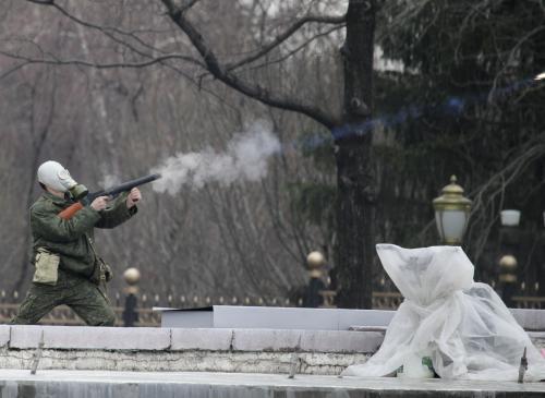 Policista zasahuje proti demonstrantům v Kyrgyzstánu