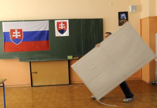 Příprava volební místnosti na Slovensku