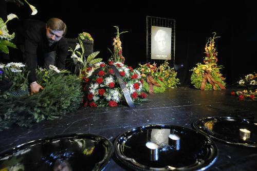 Smutečně vyzdobené Žižkovské divadlo Járy Cimrmana