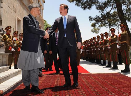 Prezident Karzáí vítá britského premiéra