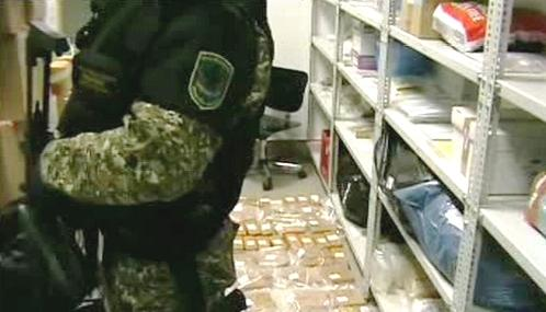Maďarský celník se zadrženou drogou