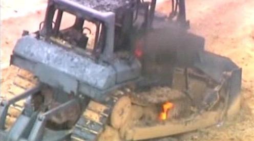 Hořící buldozer