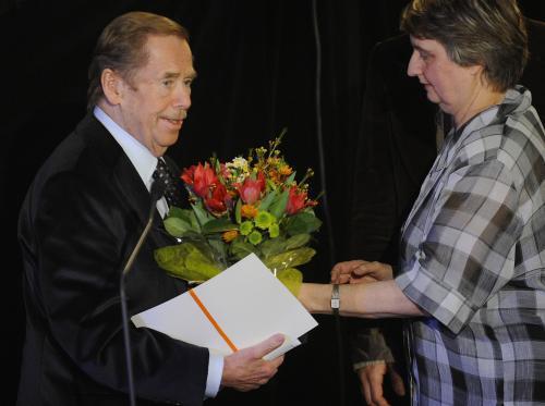 Václav Havel přebírá ocenění