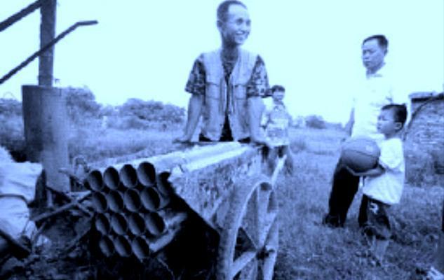 Čínský farmář si na obranu vyrobil dělo z trakaře