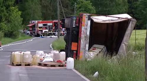 Nehoda náklaďáku s chemikáliemi