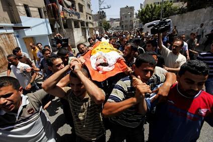 Obyvatelé Gazy nesou tělo zabitého Palestince