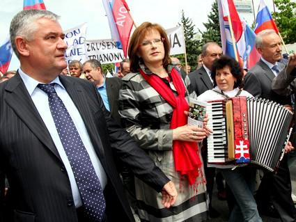 Slovenští nacionalisté odhalují v Komárně památník