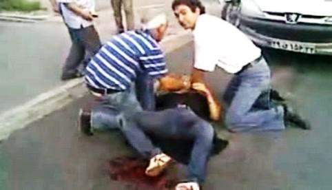 Lidé se pokoušejí zachránit postřelenou dívku