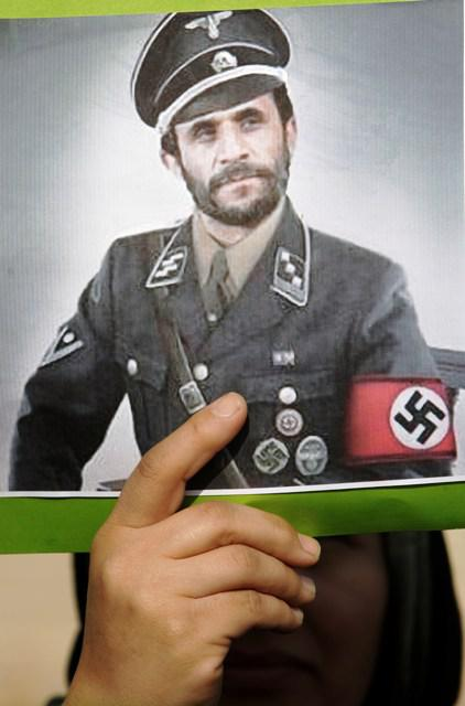 Mahmúd Ahmadínežád jako nacista