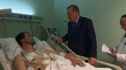 Turecký premiér u lůžka zraněného demonstranta