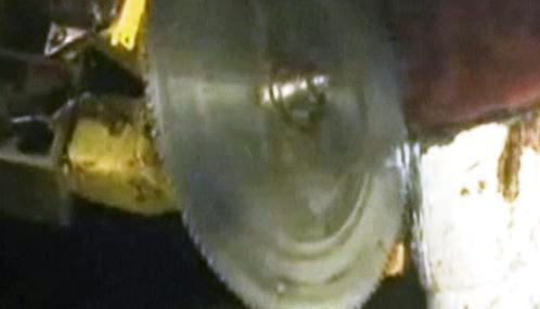Robot řeže poškozené potrubí společnosti BP