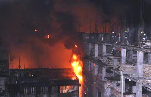Hasiči bojují s požárem v Dháce