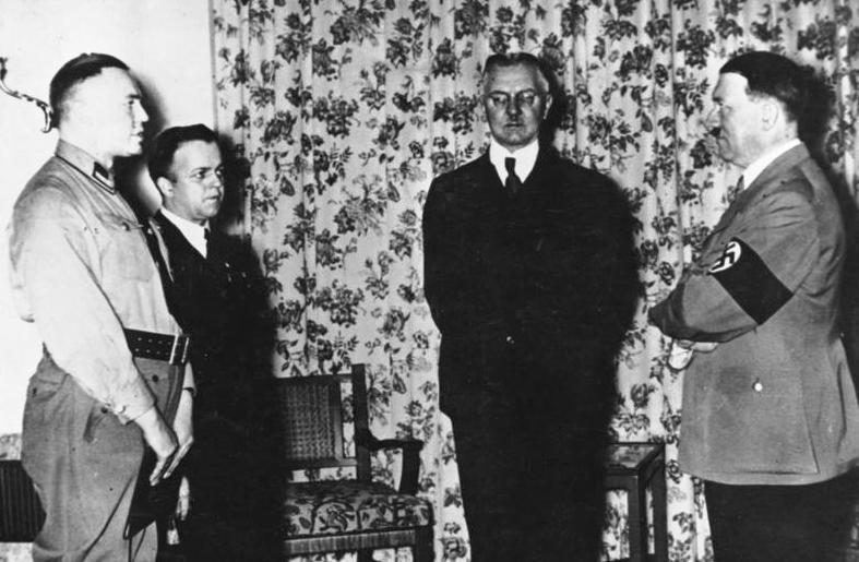 Hjalmar Schacht (uprostřed) a Adolf Hitler