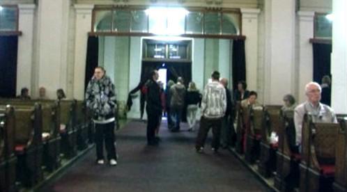 Návštěvníci při prohlídce kostela