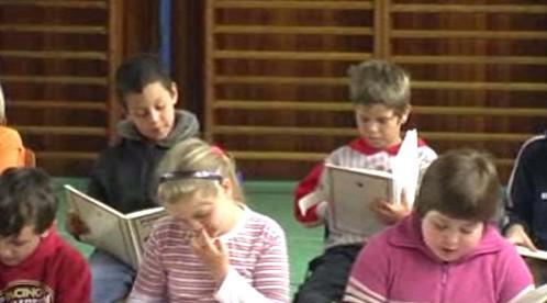 Malí čtenáři při četbě