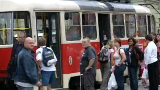 Lidé na tramvajové zastávce