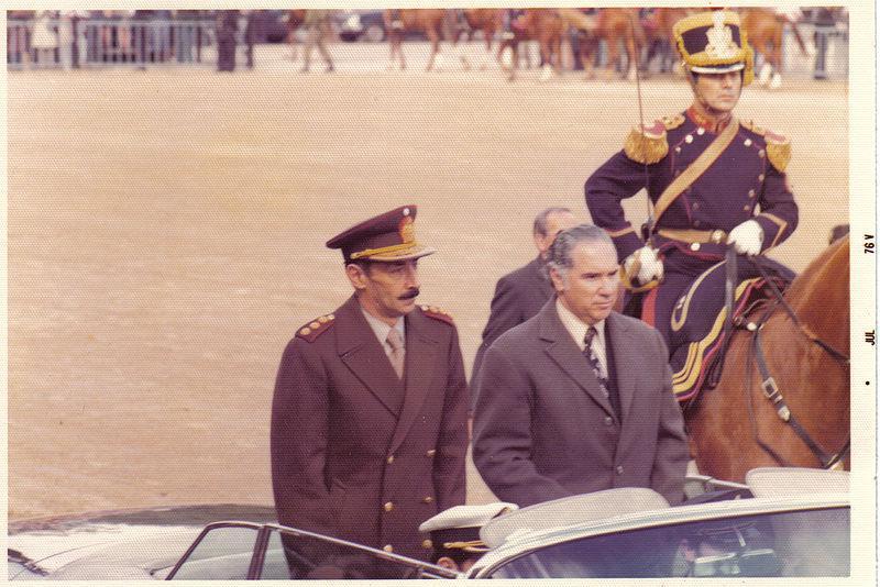 Jorge Rafael Videla (vlevo)