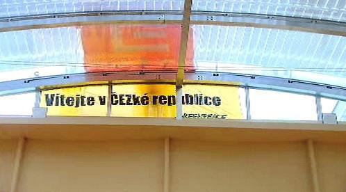 Transparenty aktivistů na střeše vlády