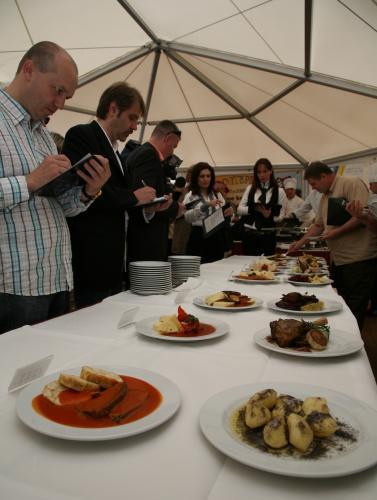 Porota zkoumá jídla na soutěži