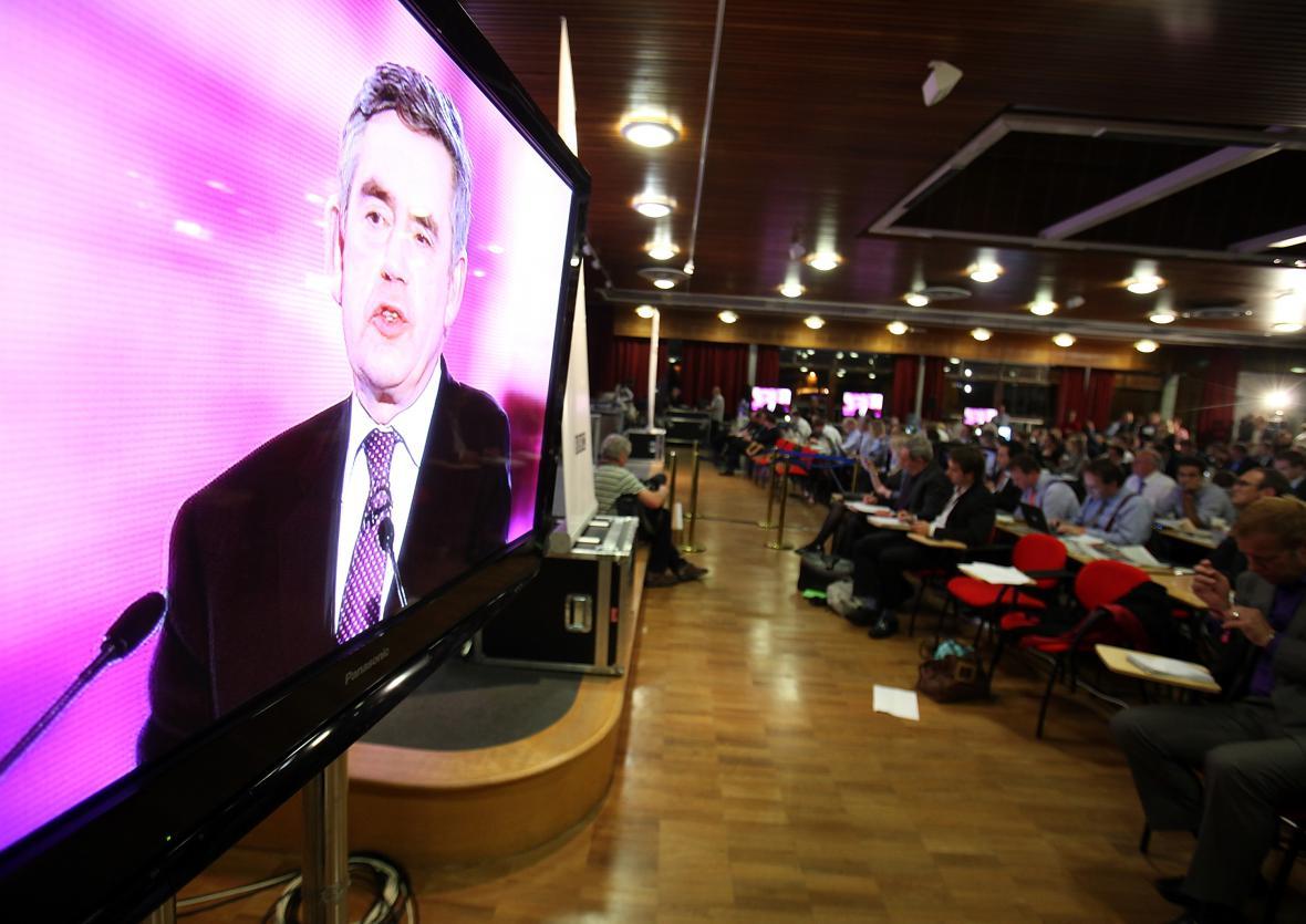 Britští novináři sledují předvolební debatu