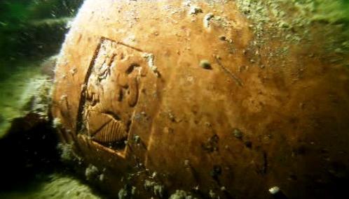 Urna s logem krematoria používaného společností Dignitas