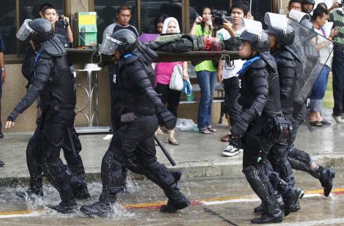Policisté nesou postřeleného kolegu